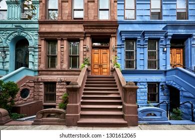 Blick auf eine Reihe von historischen Steinen in einem symbolträchtigen Viertel von Manhattan, New York City
