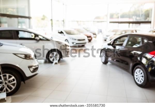 Просмотр ряда новых автомобилей в автосалоне