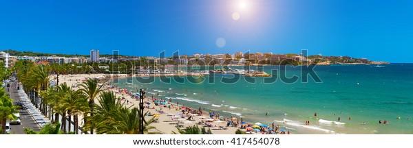 Aussicht auf den Strand von Salou Platja Llarga in Spanien von der letzten Etage eines Küstengebäudes