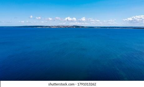 Aussicht von Meer zu Land (4k) (Lufttrommel-Foto)