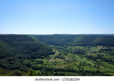 Blick von der schwäbischen Alm in ein Tal an einem schönen Sommertag.