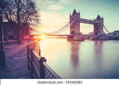 Aussicht auf die Tower Bridge bei Sonnenaufgang am kalten November Morgen in London, Großbritannien.