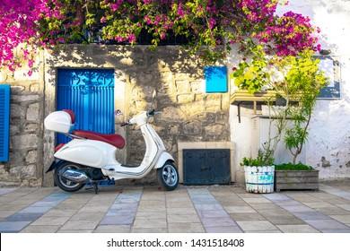 Blick auf die traditionellen Straßen, Häuser und Bougainvillea Blumen in Bodrum Stadt der Türkei. Ägäischer Stil traditionelle bunte Straße, Wand, Haus und Blumen in Bodrum Stadt Türkei