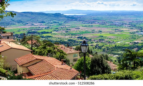 https://image.shutterstock.com/image-photo/view-val-di-chiana-roofs-260nw-512508286.jpg