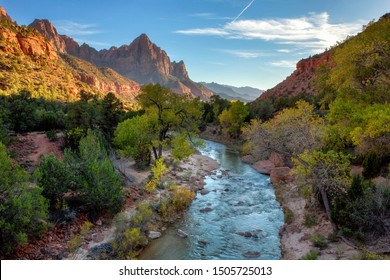 Blick auf den Watchman-Berg und den unberührten Fluss im Zion-Nationalpark im Südwesten der Vereinigten Staaten, in der Nähe von Springdale, Utah, Arizona
