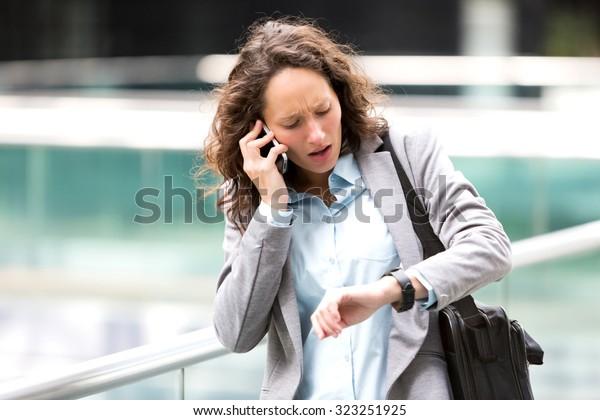 Blick auf eine junge attraktive Frau, die zu spät zu einem Rendez-Vous kommt