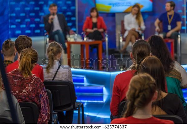 Zuschauer in einer Fernsehshow