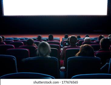Zuschauer schauen sich Filmschaubild im Kino an, lange Belichtung
