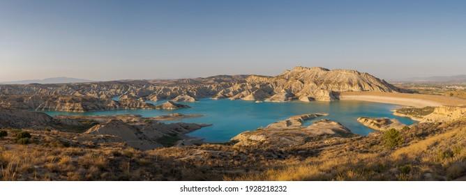 Blick auf den Stausee von Algeciras. Es befindet sich in der Gemeinde Alhama de Murcia, Region Murcia, Spanien
