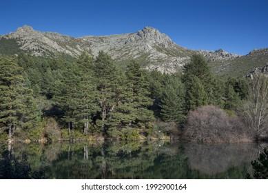 Aussicht auf das Navacerrada-Staudamm im Guadarrama-Gebirge, Provinz Madrid, Spanien