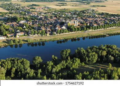 Village de Saint-Dyé-sur-Loire dans la vallée de la Loire vue du ciel, département de Loir-et-Cher (41), région du Centre-Val de Loire, France