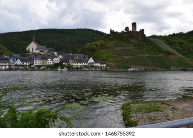 village in Moselle valley with Metternich ruin