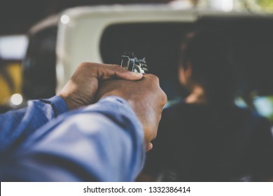 The villain uses a gun to shoot at close range to do what is illegal, for women victims on the side of the door, pickup trucks from behind to kill and rob robbery.