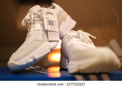 Hombre rico Porra Queja  Adidas Shoe Box Images, Stock Photos & Vectors | Shutterstock