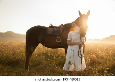 Vinnytsia 09.15.20 fog at dawn in a field where a girl with a brown horse stands
