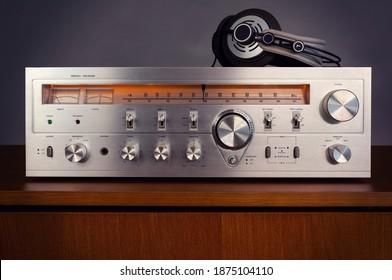 Vintage Audio Stereo Receiver mit glänzender Metallfront mit Kopfhörern