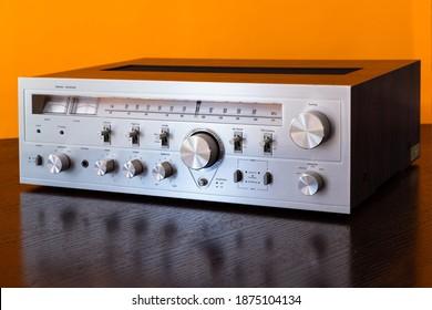 Vintage Audio Stereo Receiver mit glänzender Metallfront