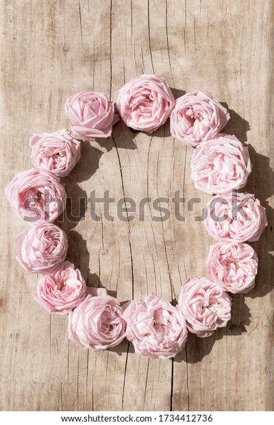 vintage-background-pink-roses-wreath-600