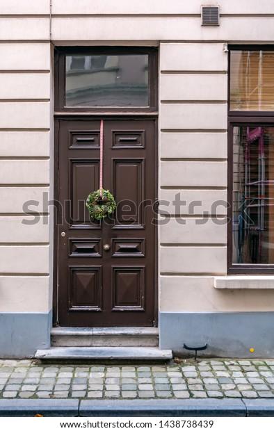vintage-brown-front-door-decorated-600w-