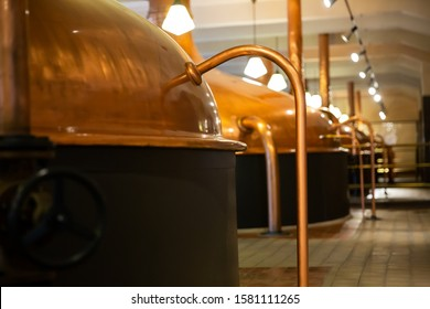 Calcetines de cobre antiguos en cervecería moderna. Equipo para la producción de cerveza artesanal