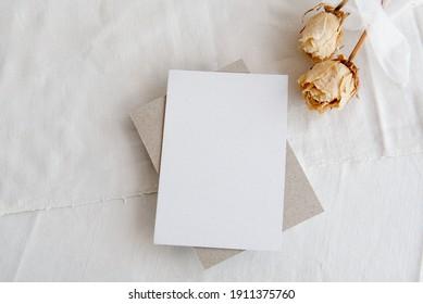 Moda vintage fondo blanco y postal en blanco - fondo blanco, rosas amarillas y espacio de copia. Una tarjeta de saludo romántico. Invitación femenina casera.
