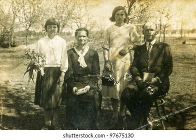 Vintage photo of couple with two daughters (thirties)