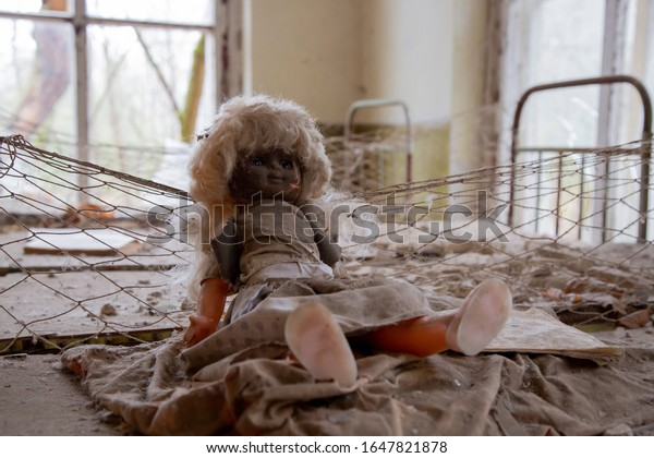 vintage-radioactive-doll-nursery-abandon