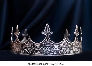 Vintage königliche Krone für den Menschen, Schmuck. Konzept von Macht und Reichtum