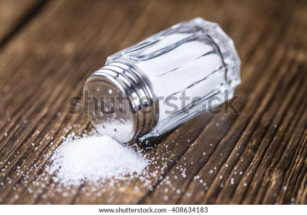 Shaker Vintage Salt (plan de gros plan; mise au point sélective) sur fond bois