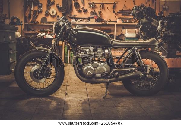 税関ガレージのビンテージスタイルのカフェレーサーバイク