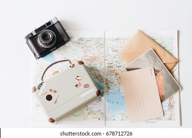 vintage suitcase over map background,travel concept