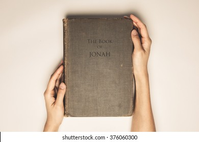 Vintage tone of hands hold the book bible of jonah