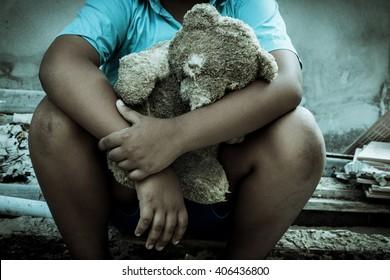 復古音,悲傷的男孩獨自坐著與老玩具熊