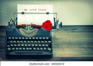 复古打字机白纸和红玫瑰花. 示例文本我的爱情故事。 复古风格的色调垃圾图片
