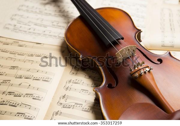 Vintage-Geige auf dem Notenblatt.