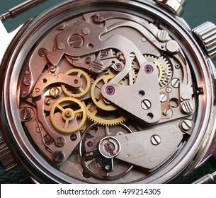 Vintage-Uhrenmaschine mit rotem Lichtmakro-Detail