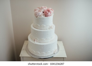 Vintage wedding cake with roses