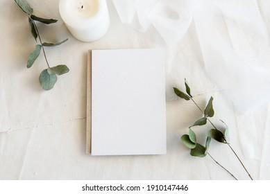 Fondo blanco vintage y postal en blanco - fondo blanco y espacio de copia. Una tarjeta de saludo romántico. Invitación femenina casera.