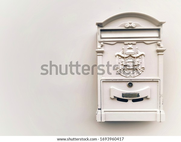 vintage-white-mailbox-on-wall-600w-16939