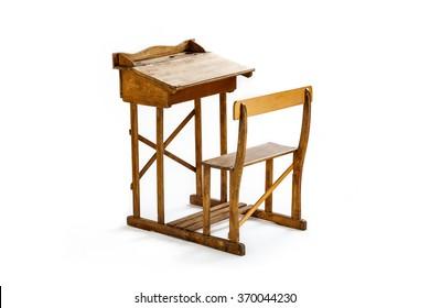 Vintage-Holzschreibtisch und -stuhl einzeln auf Weiß