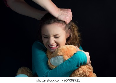 Violence against a teenager, her mother tore her hair child