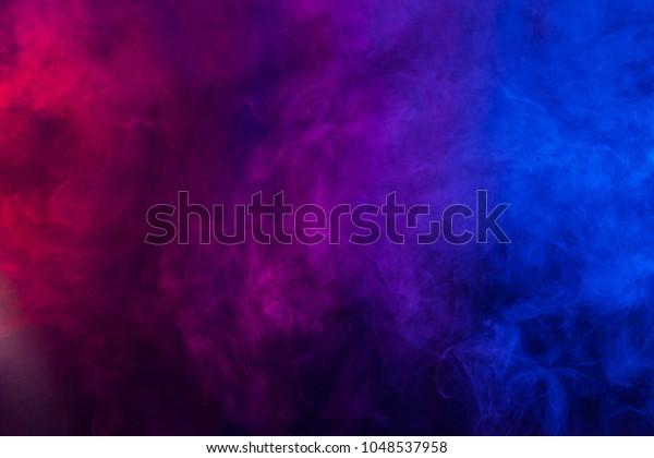 Texture de fumée violet et bleue sur fond noir. Texture et art abstrait