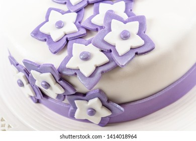 Violet marzipan star shaped cake decoration and pearls design idea for weeding cake event
