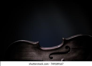 Musikinstrumente des Orchesters Violine, Nahaufnahme auf Schwarz.