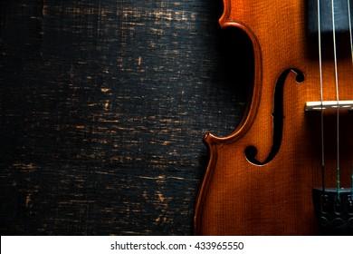 Violine auf dunklem Holzhintergrund