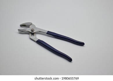 Vise plyer to pick up the bolt