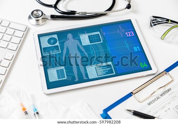 Vitalzeichen auf Tablettenschirm, medizinisches Technologiekonzept, verschiedene medizinische Geräte