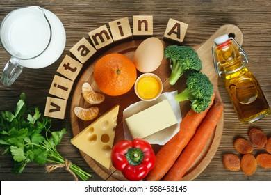 """""""Vitamina A en los alimentos"""" Productos naturales ricos en vitamina A como mandarina, pimienta roja, hojas de perejil, albaricoques secos, zanahorias, brócoli, mantequilla, queso amarillo, leche, yema de huevo y aceite de hígado de bacalao."""