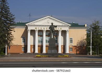 VITEBSK, BELARUS - AUGUST 6: Lenin monument and building Philharmonic on August 6, 2016 in Vitebsk.