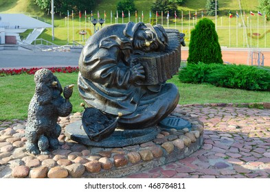 """VITEBSK, BELARUS - JULY 13, 2016: Sculpture """"Wandering musician"""" or """"Street clown"""" near summer amphitheater, Vitebsk, Belarus"""